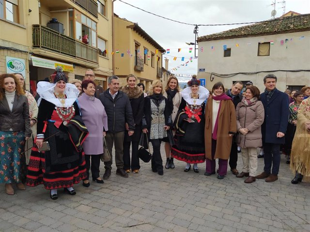 Nieves Herrero (c) junto a las alcaldesas zamarriegas Mónica Martín Gil y Yolanda Cubero Otero; la alcaldesa del Ayuntamiento de Segovia, Clara Luquero y miembros de la corporación.