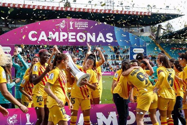 Jugadores del FC Barcelona celebrant la seva victòria en la primera Supercopa femenina.