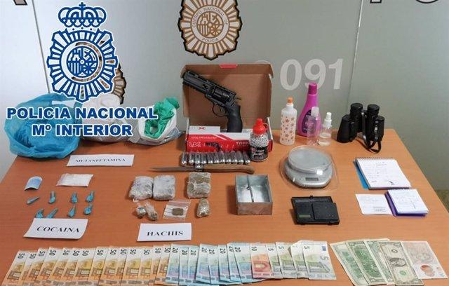 Droga y otros bienes intervenidos por la Policía
