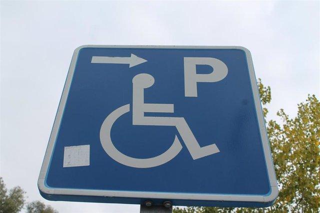 Señal de aparcamiento reservado para personas con movilidad reducida.