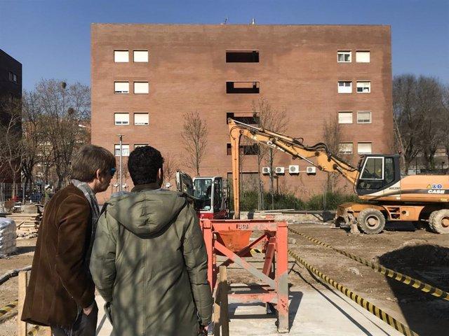 La cooperativa d'habitatges Llar Jove col·loca la primera pedra de l'edifici de cohabitatges a Sants-Montjuïc (Barcelona).