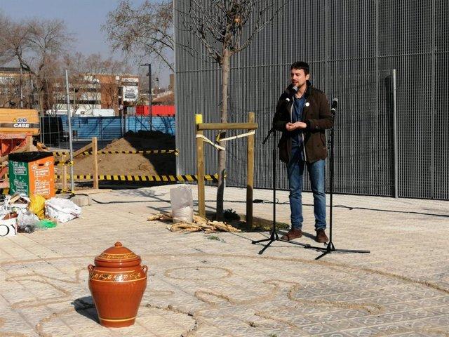 El regidor de Drets de Ciutadania de Barcelona i responsable de l'Oficina per a la No Discriminació, Marc Serra, en un acte de BComú a Barcelona.