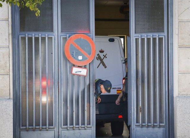 Un coche de la Guardia Civil en un juzgado