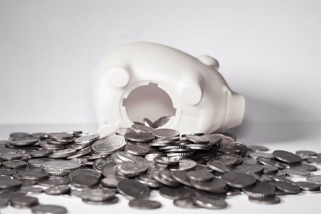 Hucha rota con monedas