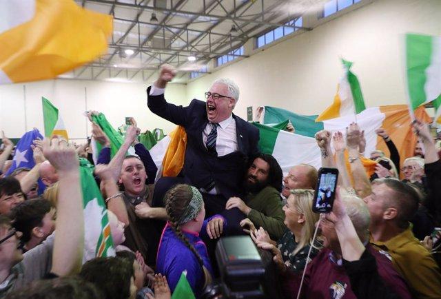 Thomas Gould, del Sinn Féin, celebrant els resultats de les eleccions en Cork, Irlanda