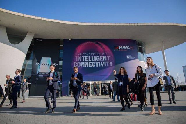 Visitants del Mobile World Congress Barcelona (MWC) 2019 a l'entrada de Fira Barcelona.