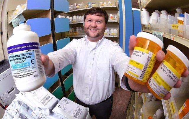 El farmacéutico Dr. Corey Hayes y sus colegas encontraron que las dosis más altas de opioides no trajeron más alivio del dolor, pero sí aumentaron el riesgo de efectos secundarios dañinos.