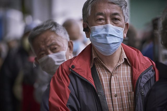 08 February 2020, China, Hong Kong: Elderly people queue during a giveaway to get free surgical masks amid the coronavirus outbreak. Photo: Candice Tang/SOPA Images via ZUMA Wire/dpa