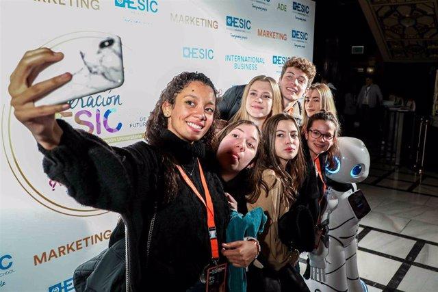 Más de mil jóvenes se han cita en el Teatro Lope de Vega de Madrid para asistir a la quinta edición de la 'Generación ESIC', una jornada de orientación universitaria dirigida a estudiantes de Bachillerato y Ciclos Formativos de Grado Superior.