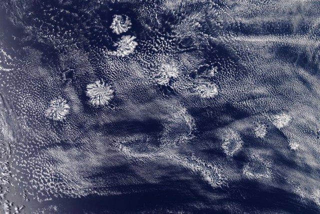 Nubes invisibles desde el suelo se manifiestan al oeste de Australia