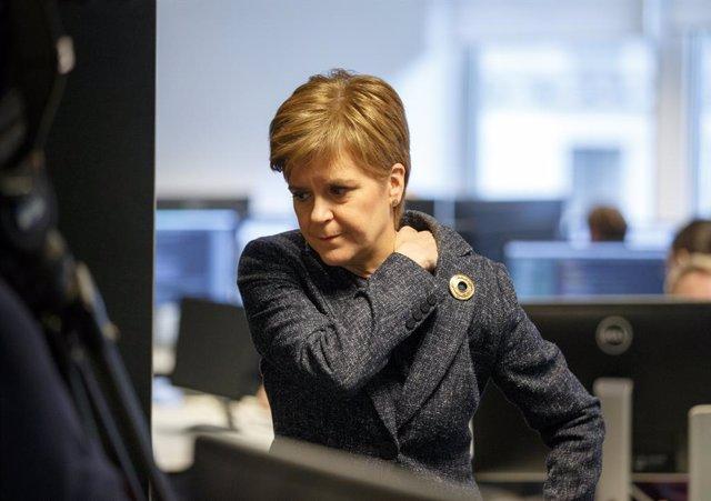 """R.Unido.- Sturgeon asegura que Johnson """"no puede negar la democracia"""" oponiéndos"""