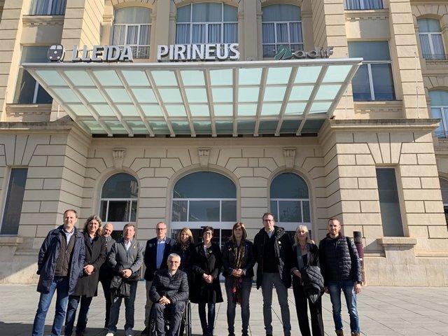 Càrrecs de JxCat de Lleida davant la porta de l'estació de tren.