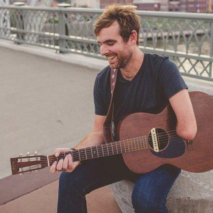 Músico de un solo brazo difunde esperanza a las nuevas generaciones a través de su música y sus enseñanzas
