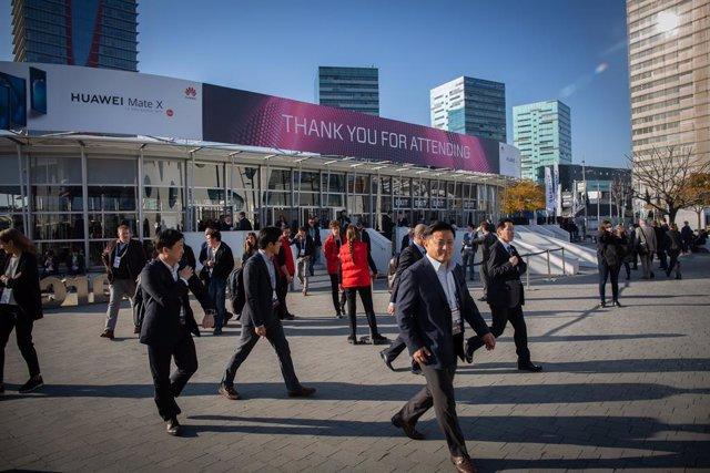 Vistantes del Mobile World Congress Barcelona - MWC 2019 en l'entrada de Fira Barcelona.