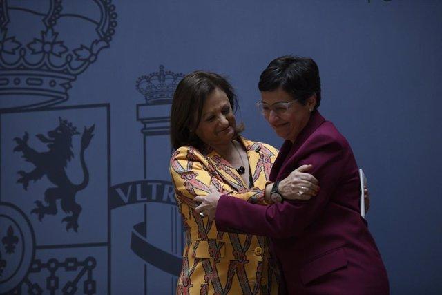 (I-D) La nueva secretaria de Estado de Asuntos Exteriores y para Iberoamérica y el Caribe, Cristina Gallach; y la ministra de Asuntos Exteriores, Unión Europea y Cooperación, Arancha González Laya, se abrazan tras la intervención de Gallach en la toma de