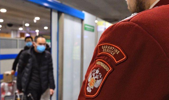 Un passatger es tapa la cara amb una mascareta per evitar el contagi de coronavirus, en un aeroport de Rússia (arxiu)