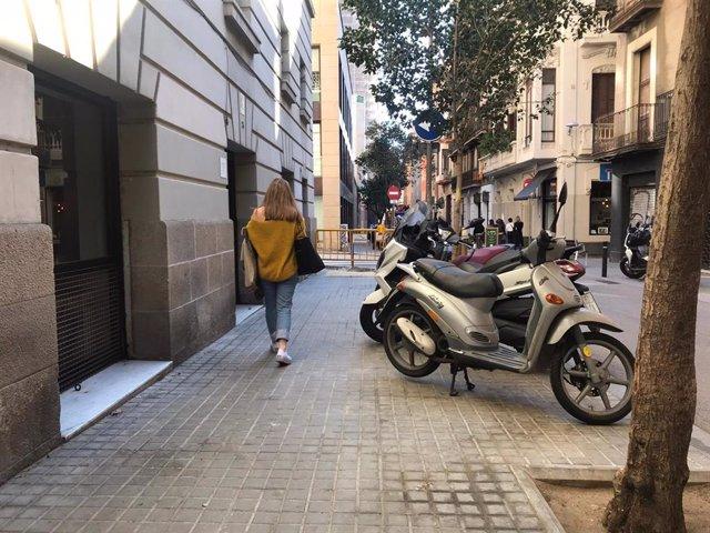 Motos aparcades a la vorera en un carrer del barri de la Vila de Gràcia.