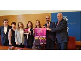El conseller Miquel Buch, el director general d'Administració de Seguretat, Jordi Jardí, i l'alcaldessa de Sant Boi, Lluïsa Moret, firmen l'adhesió de l'ajuntament al protocol contra violències sexuals.