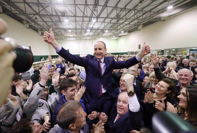 El líder del partido Fianna Fáil, Michéal Martin, celebra los resultados de las elecciones irlandesas.