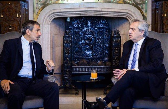 El ministro de Ciencia y Tecnología de Argentina, Roberto Salvarezza (i), y el presidente de la nación, Alberto Fernández (d).