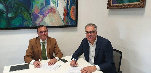 Palomares (izda.) en la firma del contrato