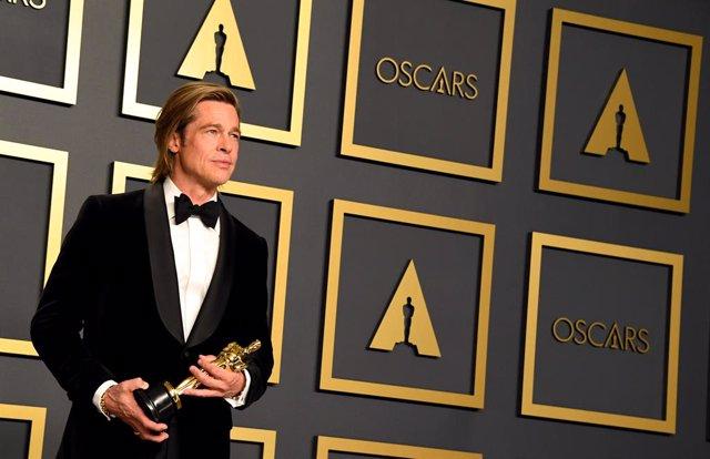 Brad Pitt con su Oscar al mejor actor de reparto por Érase una vez en Hollywood