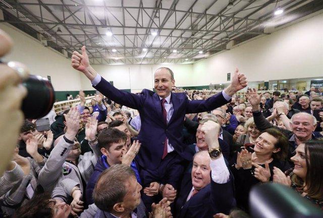 El líder del partit Fianna Fáil, Michéal Martin, celebra els resultats de les eleccions irlandeses.