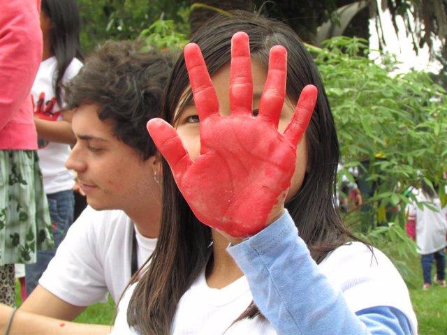 Día de las Manos Rojas para pedir el fin del reclutamiento de niños en Colombia