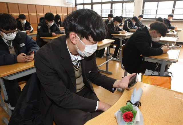 11 February 2020, South Korea, Busan: Students watch a small-scale graduation ceremony via YouTube at Yeongsan High School, as the school cancelled a graduation ceremony at its auditorium and decided to hold a scaled-down version amid fears over the sprea