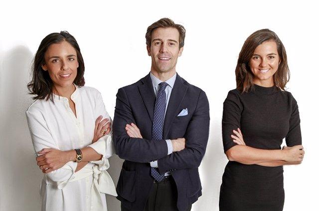 De izq. A dcha.: el equipo directivo de Ambar, Belén Bautista, Manuel Deo, y Rosa Espín.