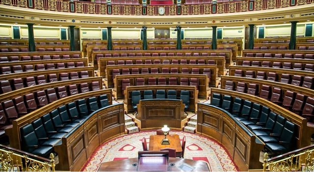 Hemiciclo del Congreso vacío con 23 asientos en el banco azul para el nuevo Gobierno