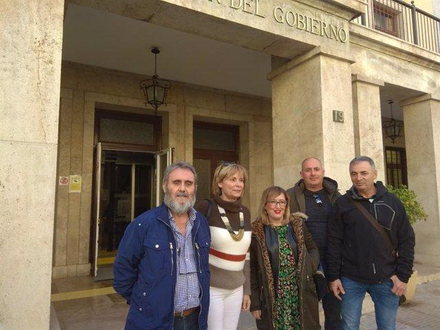 Representantes de UGT y los trabajadores de Endesa tras una reunión con el Subdelegado de Gobierno