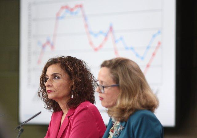 La ministra Portavoz y de Hacienda, María Jesús Montero (i) y la vicepresidenta tercera y ministra de Asuntos Económicos y Transformación Digital, Nadia Calviño (d) durante la rueda de prensa tras el Consejo de Ministros.