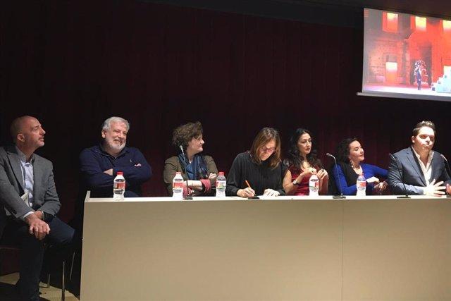 El director musical, Philippe Auguin, el director artístico del Liceu, Víctor Garcia de Gomar, el tenor Paolo Fanale, la soprano Myrtò Papatanisiu, la mezzosoprano Stéphanie d'Oustrac y la encargada de la reposición de la producción, Marie Lambert.