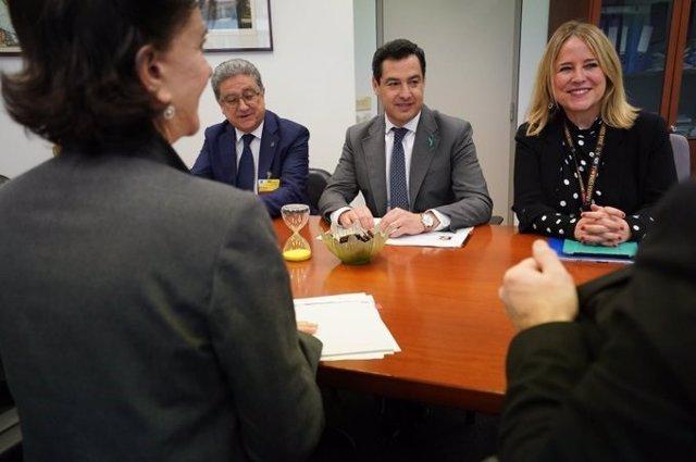 El presidente de la Junta de Andalucía, Juanma Moreno, reunido en Bruselas con la responsable de la Dirección General de Agricultura de la Comisión Europea, María Ángeles Benítez
