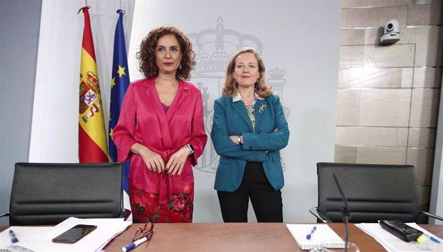 La ministra Portavoz y de Hacienda, María Jesús Montero (i) y la vicepresidenta tercera y ministra de Asuntos Económicos y Transformación Digital, Nadia Calviño (d) comparecen en rueda de prensa tras el Consejo de Ministros en Moncloa, en Madrid (España),