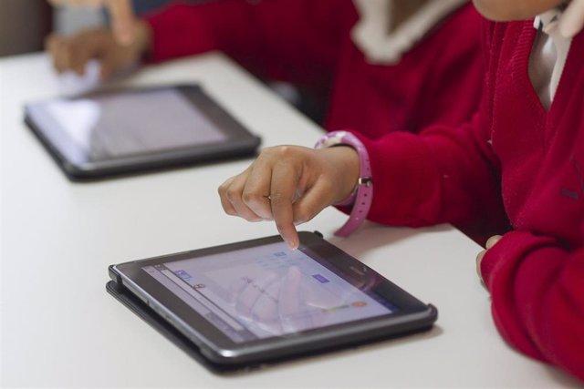 Colegio, aula, primaria, clase, niño, niña, niños, estudiando, estudiar, deberes, nuevas tecnologías, tablet