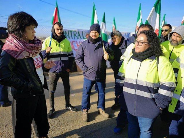 Teresa Rodríguez, con trabajadores de LTK en huelga.