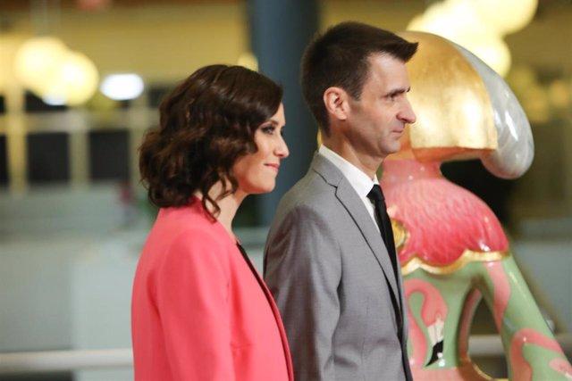 Imagen de la presidenta de la Comunidad de Madrid, Isabel Díaz Ayuso, junto al director general de Telemadrid, José Pablo López.