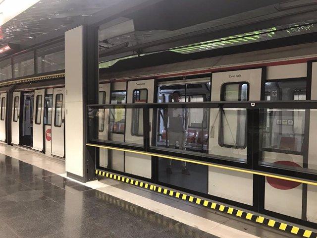 Porta automàtica vertical al metro de Barcelona (arxiu)
