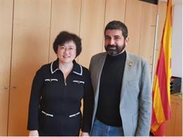 El conseller de Treball, Afers Socials i Famílies, Chakir el Homrani, amb Lin Nan, cònsol general de la Xina a Barcelona.