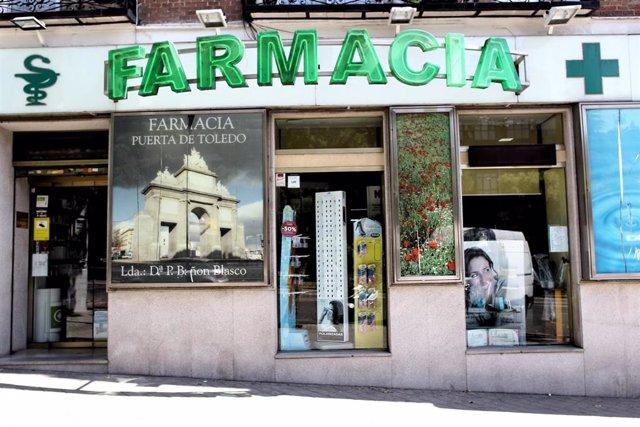 Puerta principal de una farmacia.