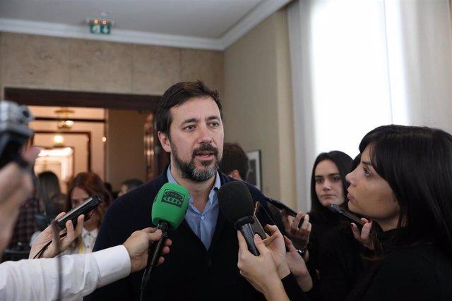 El portavoz adjunto de Podemos en el Congreso de los Diputados, Antonio Gómez-Reino Varela, atiende a los medios de comunicación tras la reunión de la Junta de Portavoces del Congreso de los Diputados, en Madrid (España) a 4 de febrero de 2020.
