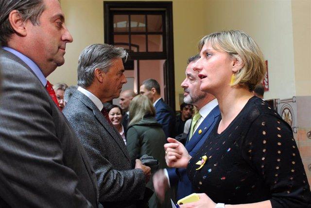 La consellera de Salut de la Generalitat, Alba Vergés, amb alguns membres del cos consular acreditat a Barcelona.