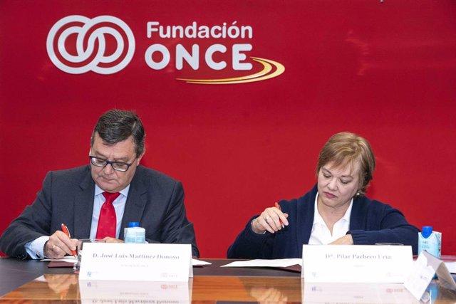 El director general de Fundación ONCE, José Luis Martínez Donoso, y por la presidenta de AMIFP, Pilar Pacheco, firman un acuerdo de colaboración.