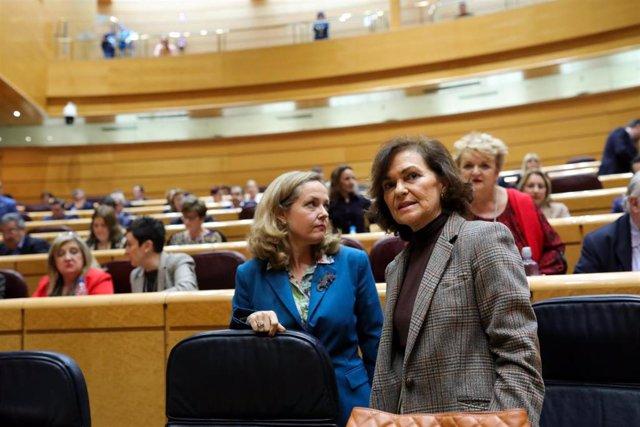 La vicepresidentas tercera y segunda, Nadia Calviño (i) y Carmen Calvo, durante la primera sesión de control al Gobierno de coalición PSOE y Unidas Podemos de la XIV Legislatura en el Senado, en Madrid (España), a 11 de febrero de 2020.