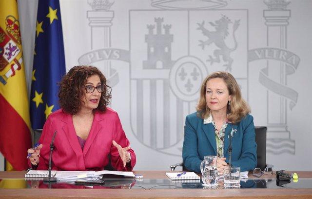 La ministra d'Hisenda i portaveu del Govern espanyol, María Jesús Montero i la vicepresidenta tercera i ministra d'Afers Econòmics i Transformació Digital, Nadia Calviño, durant la roda de premsa després del Consell de Ministres.