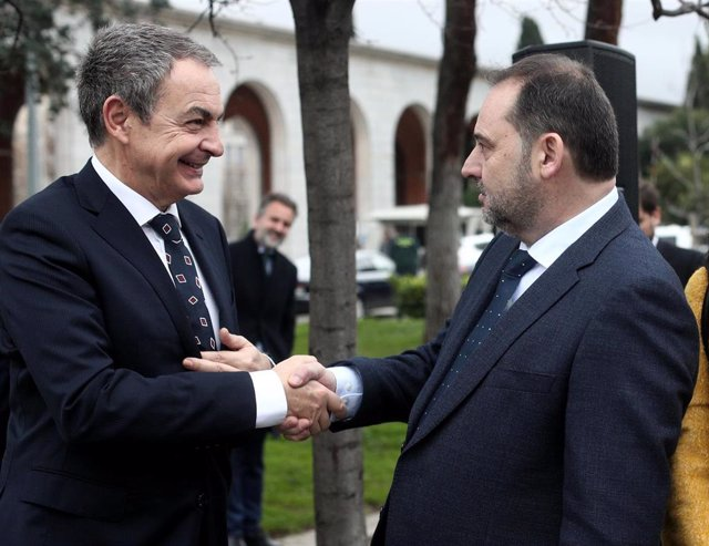 El expresidente del Gobierno, José Luis Rodríguez Zapatero y ministro de Transportes, Movilidad y Agenda Urbana, José Luis Ábalos (d) se saludan durante la inauguración del Memorial en homenaje a los españoles deportados y fallecidos en Mauthausen.