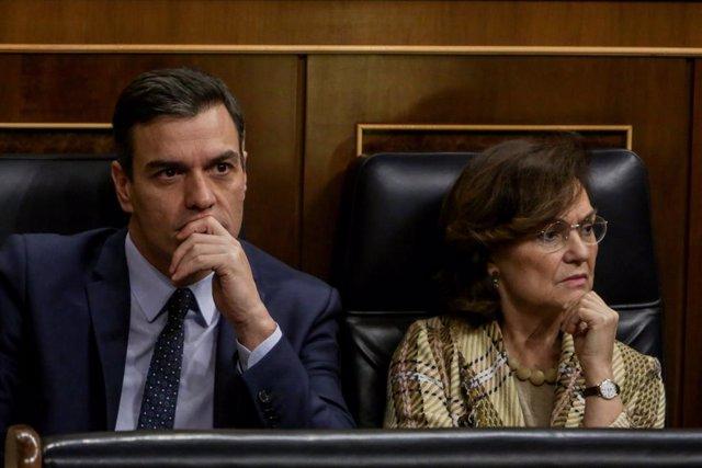 (I-D) El presidente del Gobierno, Pedro Sánchez; y la vicepresidenta primera y ministra de la Presidencia y Relaciones con las Cortes y Memoria Democrática, Carmen Calvo