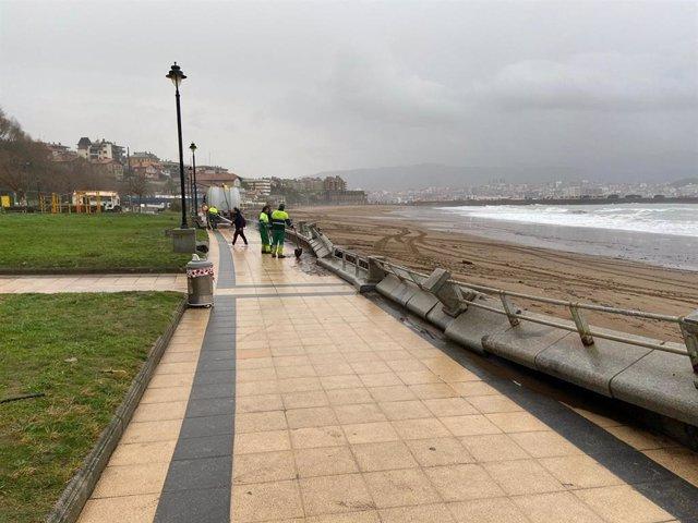 Murete de la playa de Ereaga de Getxo dañado por el temporal.